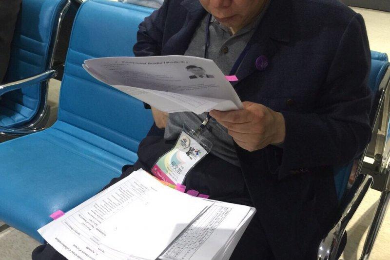 台北市長柯文哲(右)8日晚間啟程訪美,晚間柯文哲抵達桃園機場後,在候機室開始讀訪美資料,航警局局長也來關心。(台北市政府提供)