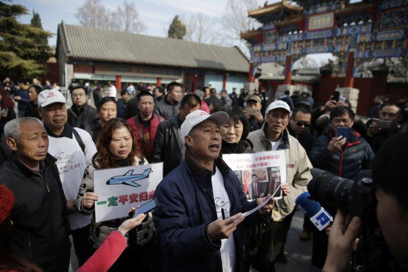 MH370失蹤乘客的家屬8日在北京雍和宮外示威,要求馬來西亞航空給個交代。(美聯社)