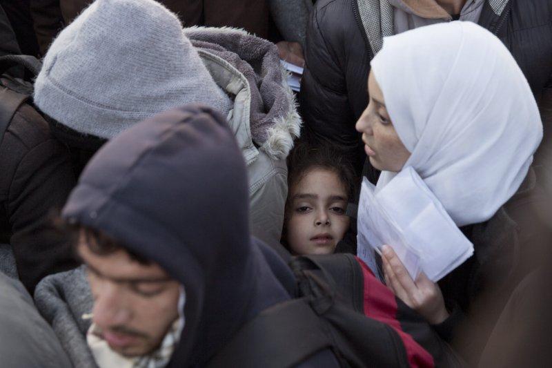 難民正等待穿越希臘邊界(美聯社)