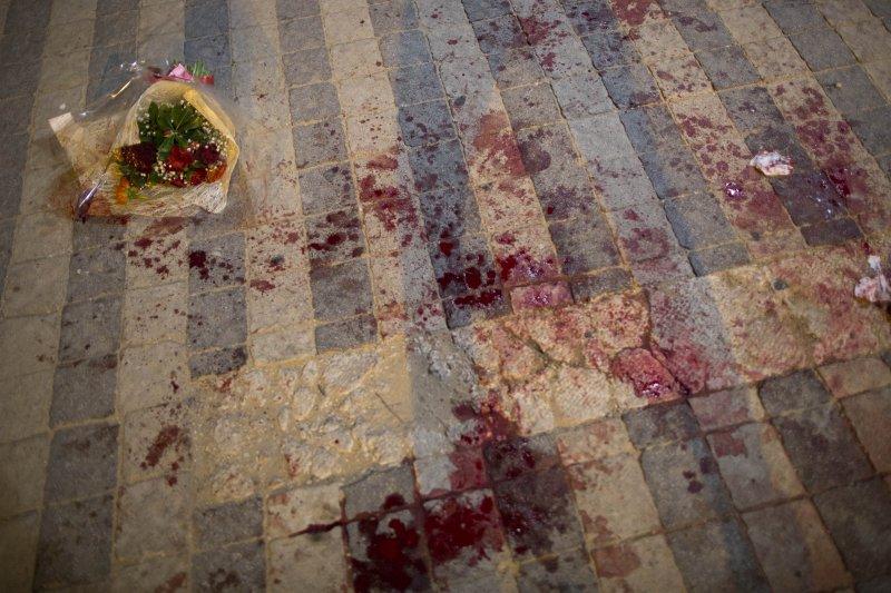 以色列雅法街頭8日發生巴勒斯坦人攻擊事件,現場血跡斑斑(美聯社)