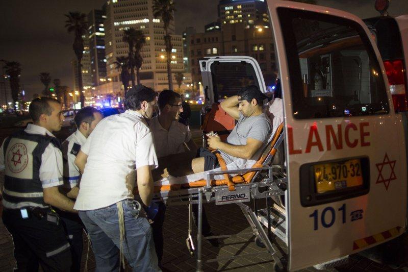 以色列8日連續發生多起攻擊事件,警方將傷者送上救護車(美聯社)