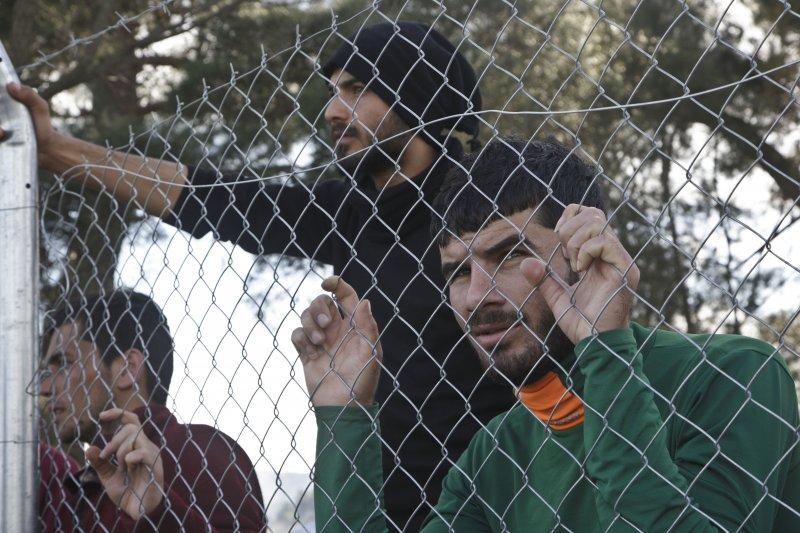 滯留在希臘邊界的難民/移民(美聯社)