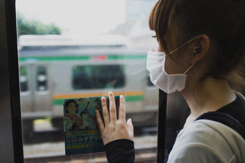 戴口罩只是避免傳染的方法之一,更重要的是...(圖/SeanMcGrath@flickr)