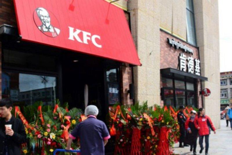 3月8日在拉薩開業的肯德基分店位於拉薩市中心的神力時代廣場,總面積超過500平方公尺。(BBC中文網)