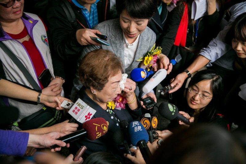 陳蓮花阿嬤出席「阿嬤家 - 和平與女性人權館」揭牌儀式,受訪時落淚哽咽(婦女救援基金會)