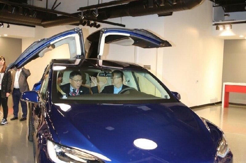 台北市長柯文哲於美國時間10日下午參訪全球最大的電動車製造商特斯拉(Tesla)公司,並體驗自動駕駛。(台北市政府)