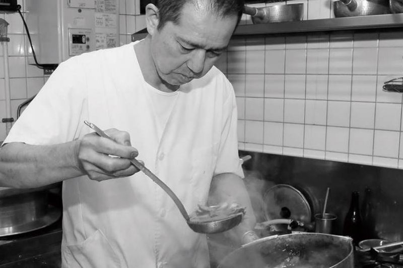 烏龍麵店てんぐ老闆芝山晃一:「希望客人一定要吃吃看我們的咖哩烏龍麵,保證好吃!」(圖/京都人雜誌提供)