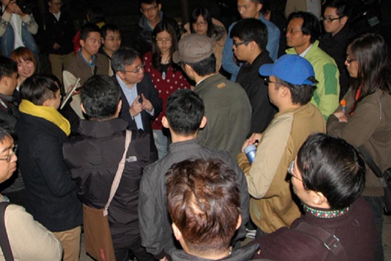 太陽花學運時,作者以行政院中部辦公室主任身份,與抗議民眾反覆溝通。(作者提供)