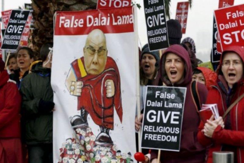 在世界各地抗議達賴喇嘛壓制教派的大多是雄登教派在西方國家招募的信徒。(BBC中文網)