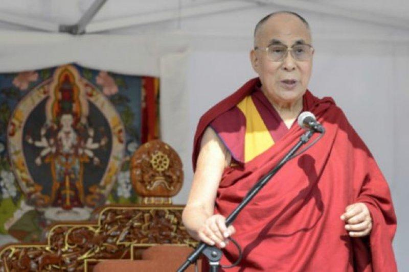 會議結束後,達賴喇嘛會見了聚集在外面的公眾。(BBC中文網)