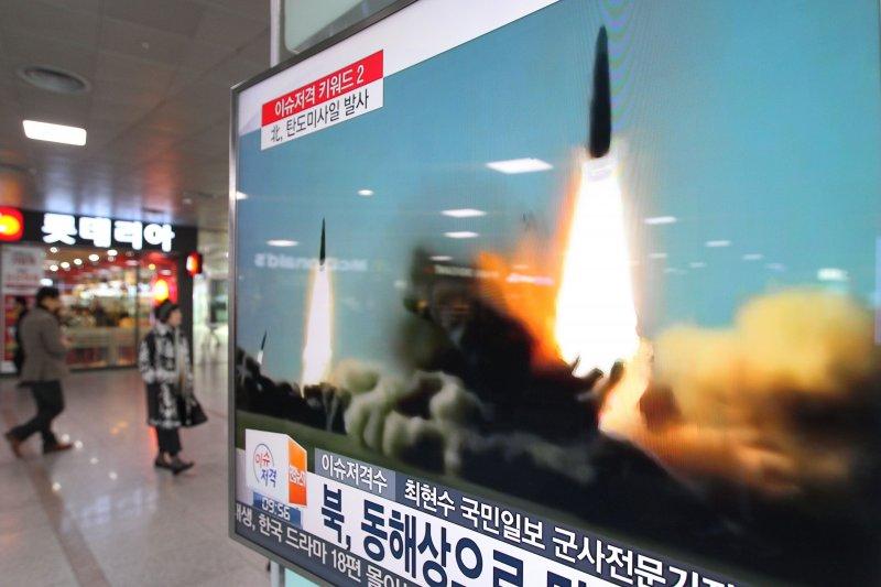 南韓街頭電視機轉播北韓飛彈試射。(美聯社)