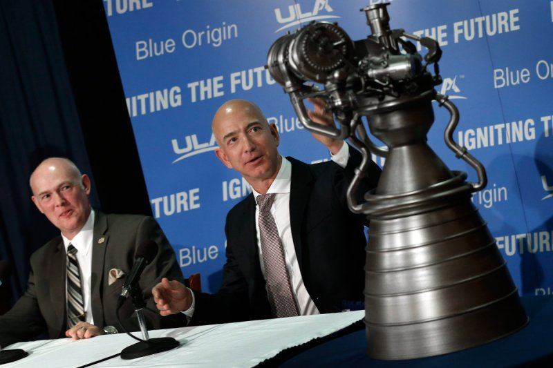 Amazon創辦人貝佐斯(右)對太空旅行情有獨鍾。
