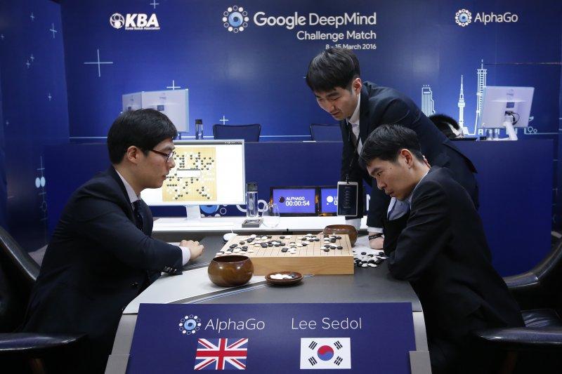 作者認為,目前硬體的發展可能無法應付AI發展所需的運算速度以及耗能。(資料照,美聯社)