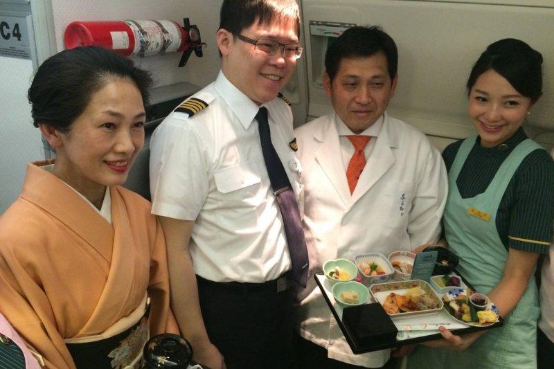 被拔除長榮航空董座的張國煒(左二),要求長榮國際提供近5年財務報表。(取自長榮航空臉書)
