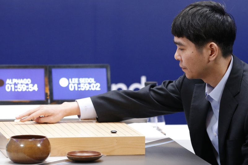 南韓棋王李世石與Google開發的AlphaGo進行所謂的「人機世紀大戰」(圖/美聯社)