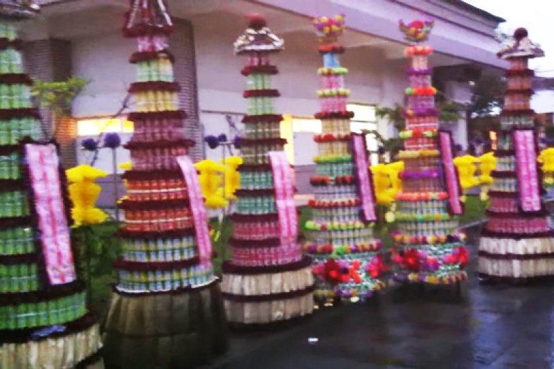 罐頭塔是台灣傳統喪禮必備的供品。(圖/youtube)