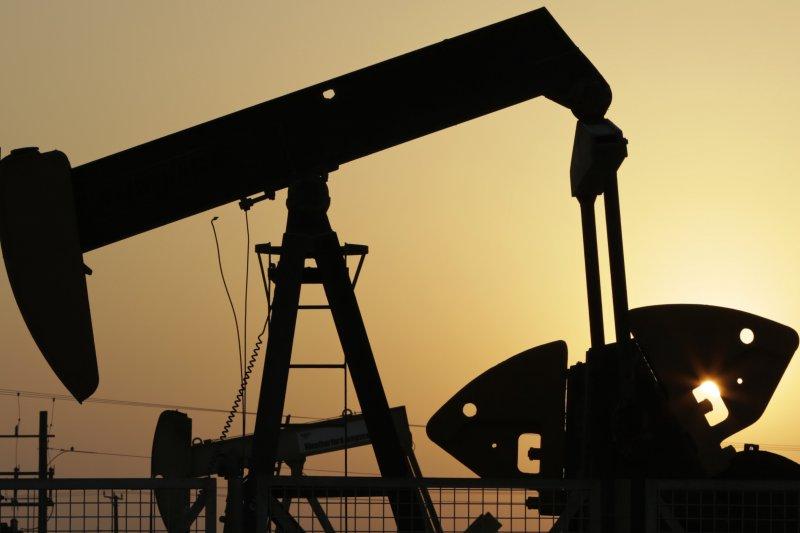 11月以來原油價格大漲逾3成。本週即將登場的OPEC+最後一次會議,有三種情境將影響油價走勢。(圖/ 美聯社)