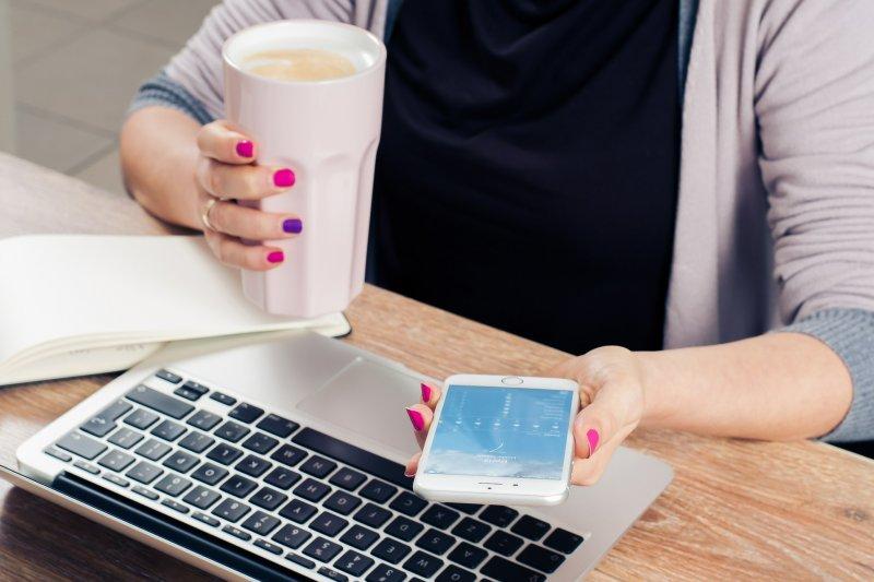 智慧型手機是兩面刃,讓我們聯絡工作更方便,卻也讓我們更難以專注於工作上。(圖/Pixabay)