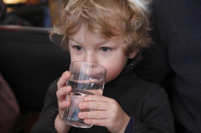 愛喝水是好事,但也不宜飲用過多。(圖/Mauricio Alves@flickr)