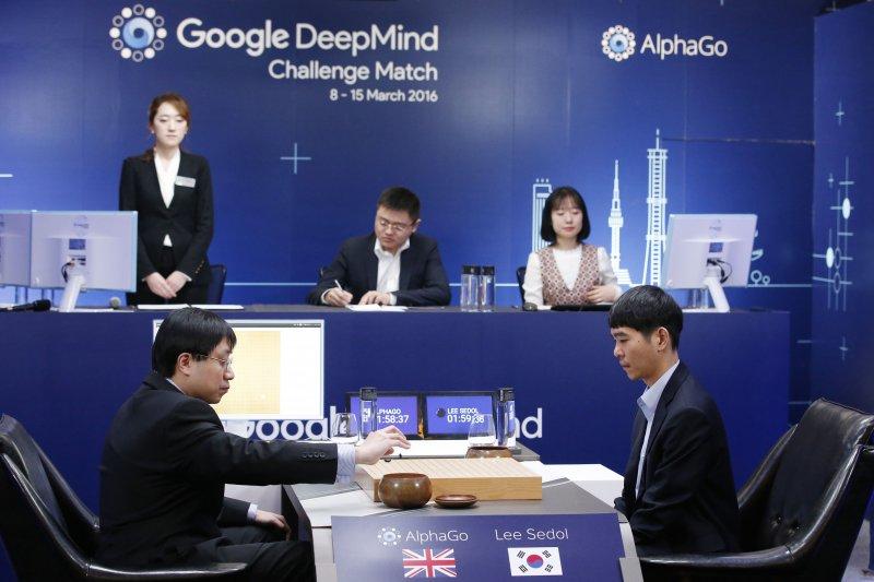 去年南韓棋王李世乭大戰AlphaGo棋賽,人腦仍不敵電腦,5回合只贏了1回合。(美聯社)