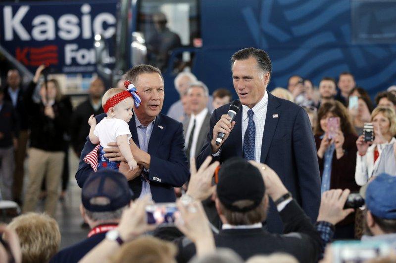 2012年共和黨總統候選人羅姆尼(John Kasich,左)力挺俄亥俄州長凱西克(John Kasich)(美聯社)