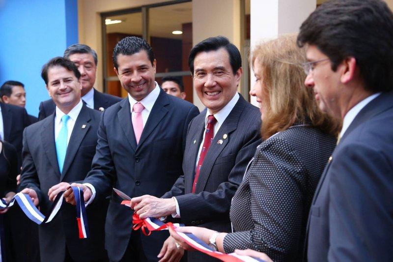 馬英九總統為「中美洲經濟統合研究中心」揭幕典禮剪綵(馬英九臉書)