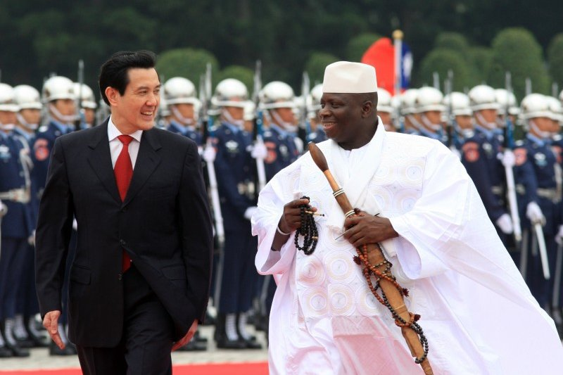 甘比亞總統賈梅(Yahya A.J.J. Jammeh,右)訪台時,總統馬英九熱情接特。(取自總統府網站)