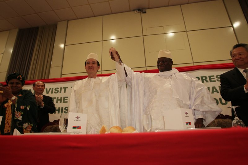 2012年4月11日,馬英九總統和甘比亞總統賈梅把臂言歡(總統府)