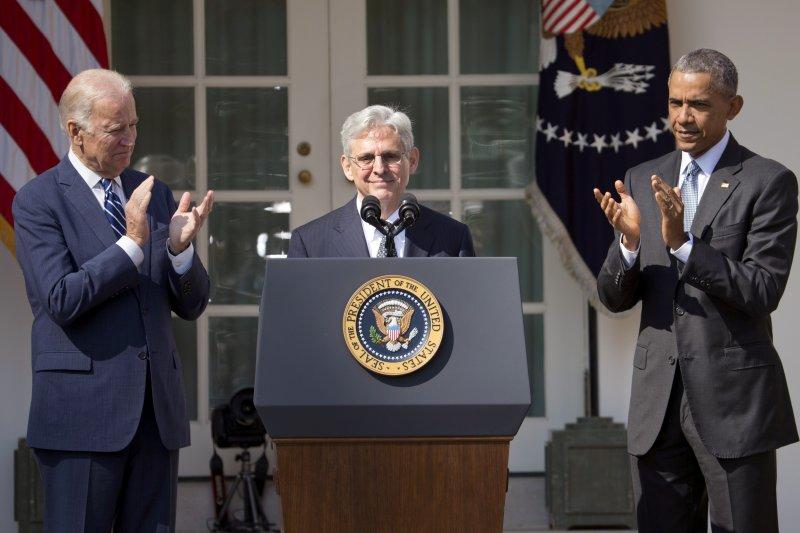 美國總統歐巴馬(右)16日提名哥倫比亞特區聯邦巡迴上訴法院首席法官嘉蘭德(Merrick Garland)接任聯邦最高法院大法官,左為副總統拜登(美聯社)