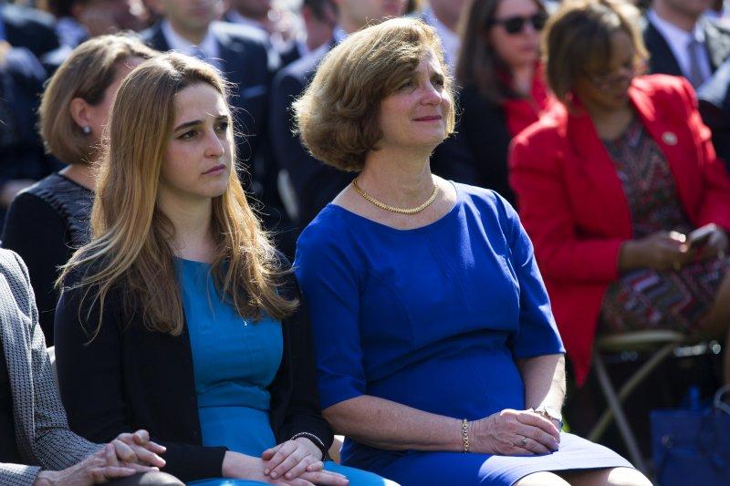 美國大法官被提名人嘉蘭德(Merrick Garland)的妻子琳恩(Lynn Garland)和女兒潔西卡(Jessica Garland)(美聯社)