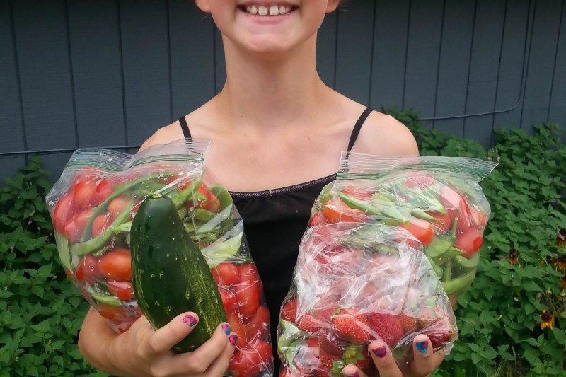 美國9歲女孩海莉親自種植並收穫蔬菜分享給街友,獲頒慈善大獎。(圖/Hailey