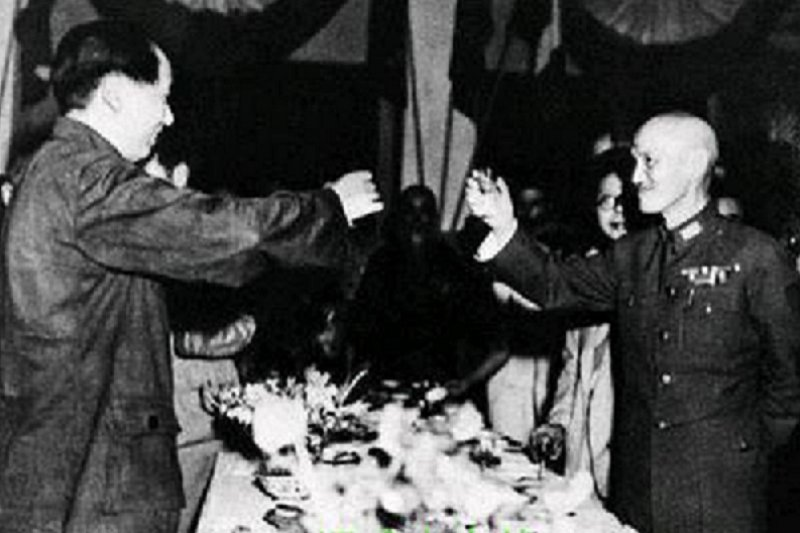 1945年,國共重慶談判時,蔣介石與毛澤東相互敬酒。