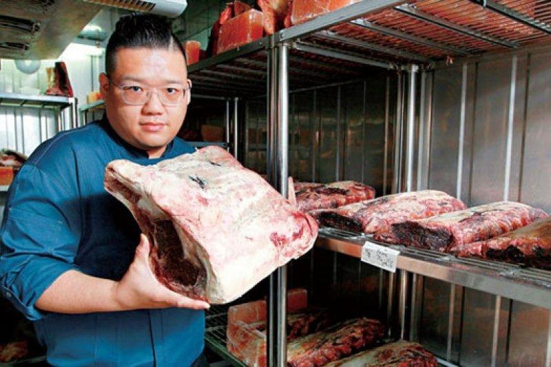 凌維廉靠著牛肉研發的技術和熱情,被國賓相中升為第三任主廚,每年出國找食材,對牛排的鑽研甚深。(攝影者.楊文財)