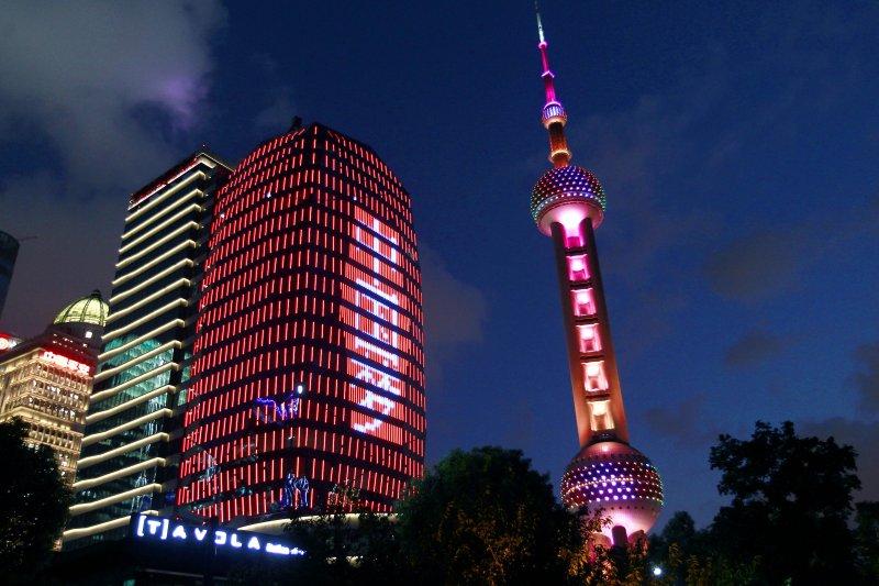 中國夢不能成為他人的噩夢。圖為中國金融資訊中心大廈的外立面打出「中國夢」的字樣。(新華社)
