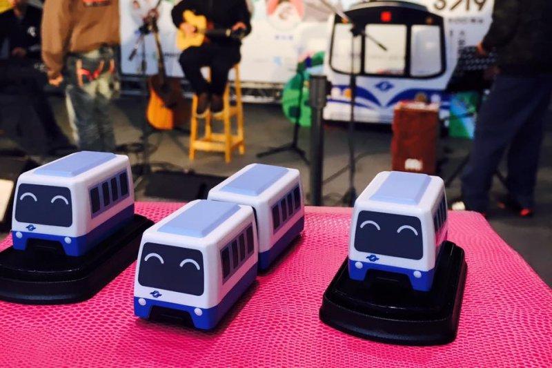 北捷於捷運野餐音樂會上,送出紀念模型車。(取自台北捷運捷客臉書粉絲專頁)