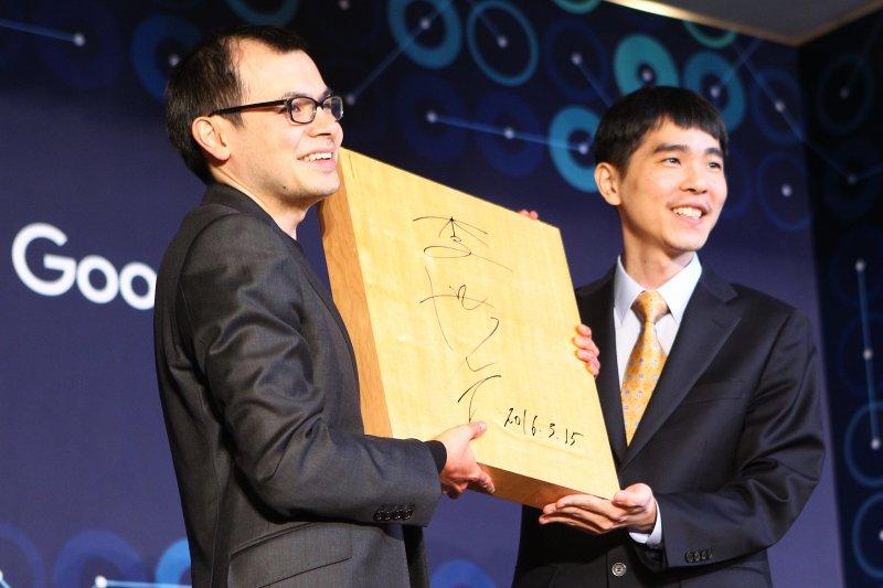 3月15日,李世乭(右)向阿爾法圍棋創始人哈薩比斯贈送簽名棋盤。(新華社)