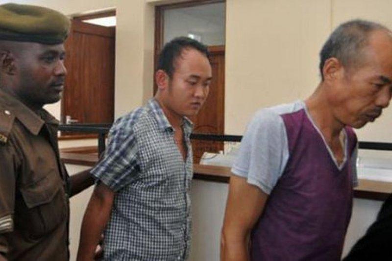 中國籍的黃晉(右)與徐福杰(左)20日遭坦尚尼亞法庭判罰新台幣16億元。(取自推特)