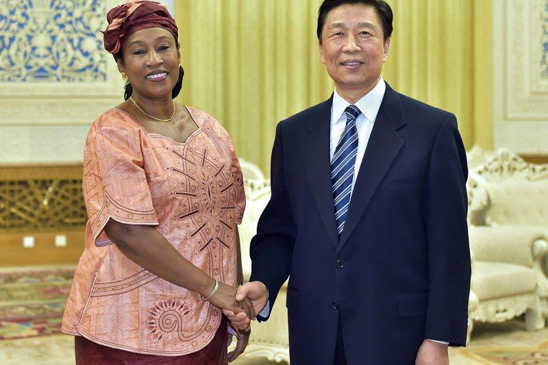 中國國家副主席李源潮3月17日在北京會見甘比亞外長蓋伊,正式宣布建交。(美聯社)