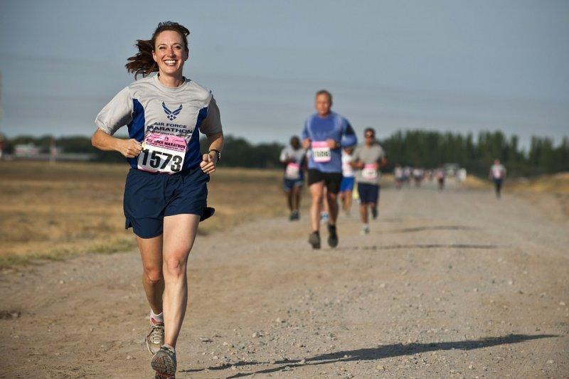 近年來跑步風潮盛行,許多人紛紛投入馬拉松或路跑活動。(圖/skeeze@Pixabay)