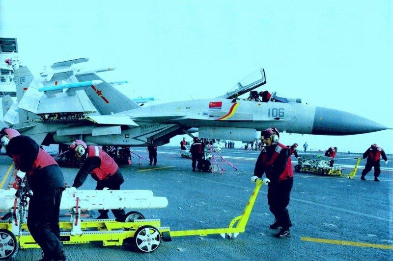 遼寧艦殲15掛彈畫面首次曝光。(取自網路)