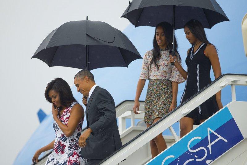 美國總統歐巴馬20日攜家人飛抵古巴首都進行歷史性訪問(美聯社)