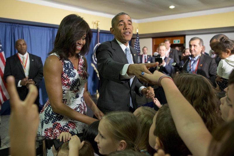 歐巴馬夫婦受到大使館人員熱烈歡迎(美聯社)