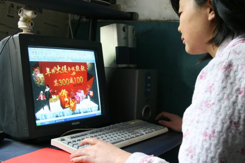 中國一名網民在網購促銷年貨(新華社)