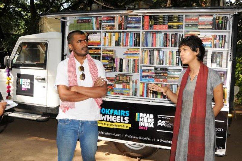 米希拉(右)、勞崔伊(左),和他們的「行動書店」。