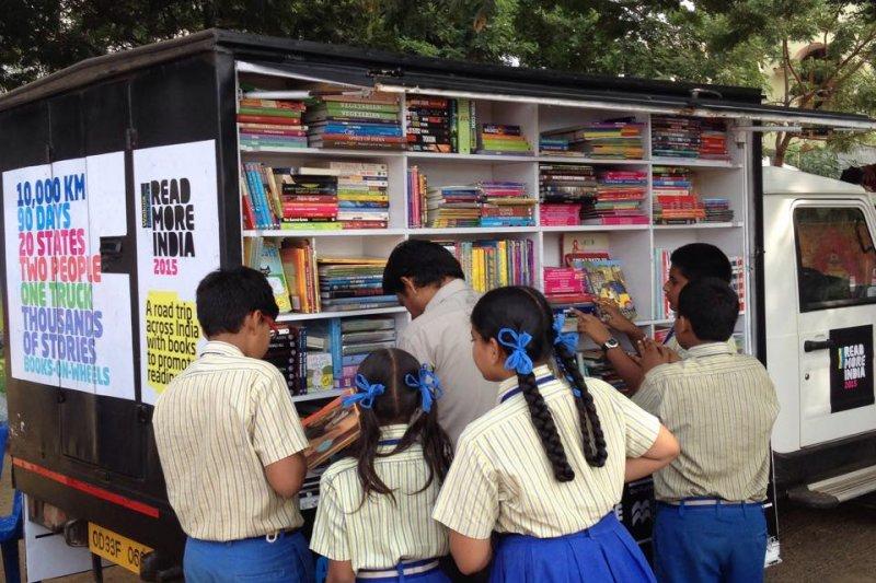 許多印度學生也對行動書店帶來的不同書籍感到好奇。