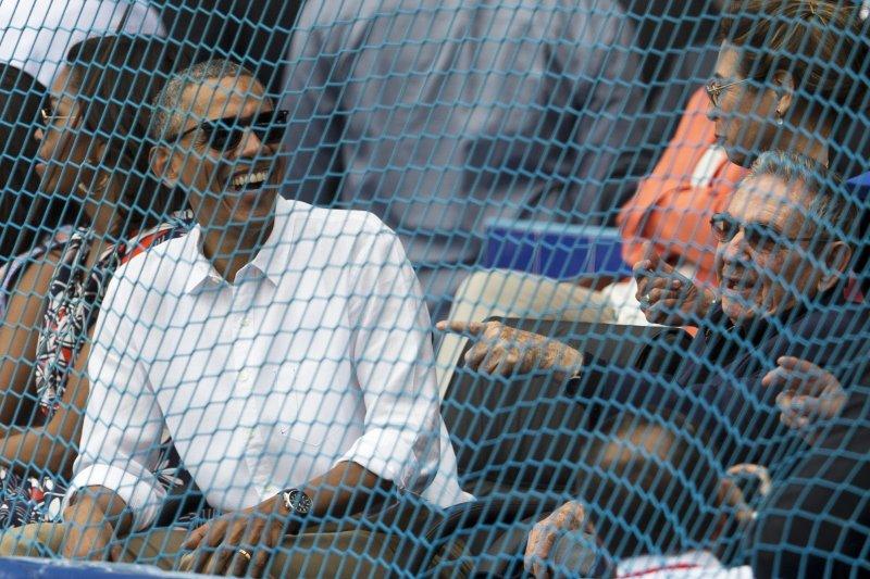 歐巴馬與勞爾・卡斯楚在看球時談笑風生。(美聯社)