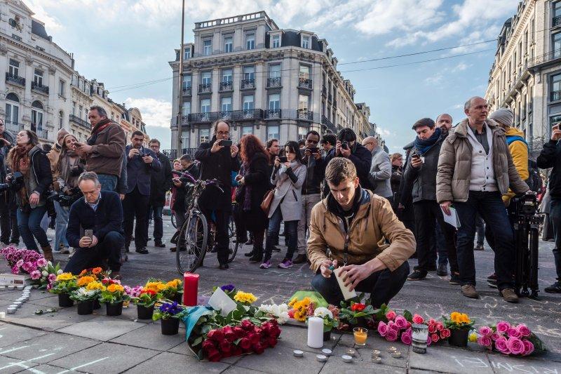 比利時民眾為布魯塞爾恐攻遇襲者哀悼。(美聯社)
