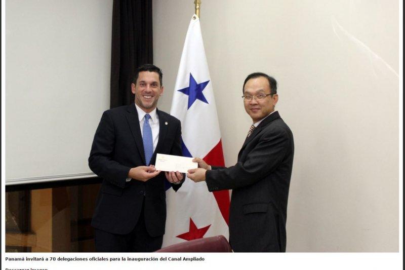 巴拿馬外交部次長因卡比耶(Luis Miguel Hincapié,左),親自將瓦雷拉致蔡英文的邀請函交予我國駐巴拿馬參事張俊彬。(取自巴拿馬外交部網站)