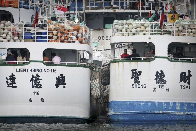 屏東縣琉球籍漁船「聖德財號」、「連億興116號」21日清晨通過麻六甲海峽時,遭到疑似印尼公務船開槍追擊,所幸人員均安。(美聯社)