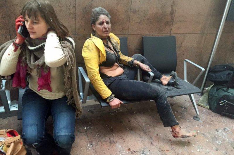 比利時布魯塞爾機場遭到恐怖攻擊,印度捷特航空(Jet Airways)空服員查菲卡(Nidhi Chaphekar,右)劫後餘生。(美聯社)